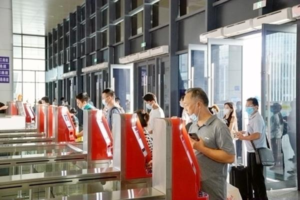旅客检票进站。