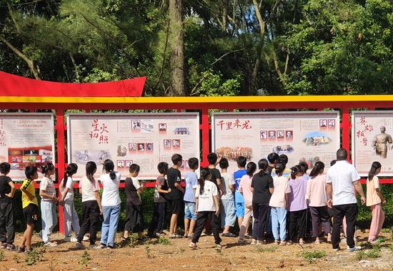港南区新塘镇万福村打造红色文化长廊。梁婷婷摄