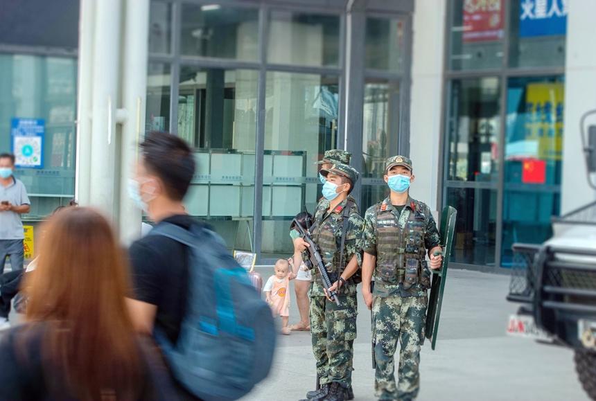 武警官兵在高铁站附近进行定点警戒。