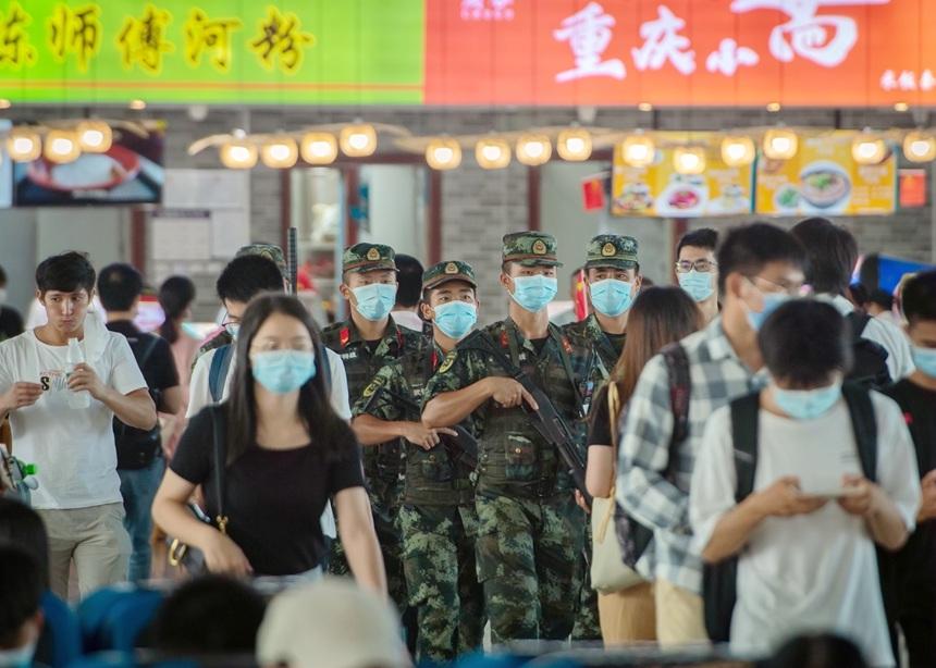 武警官兵在高铁站内徒步巡逻。