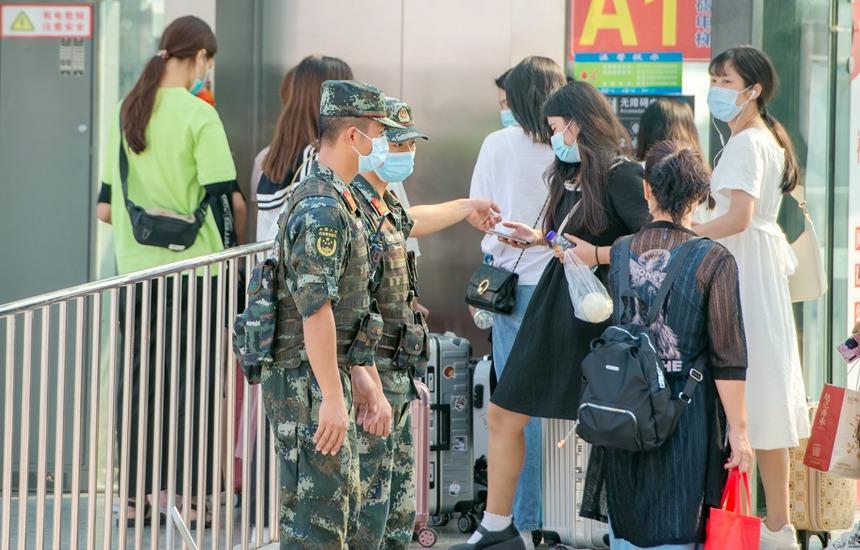 武警官兵执勤期间为旅客提供咨询服务。
