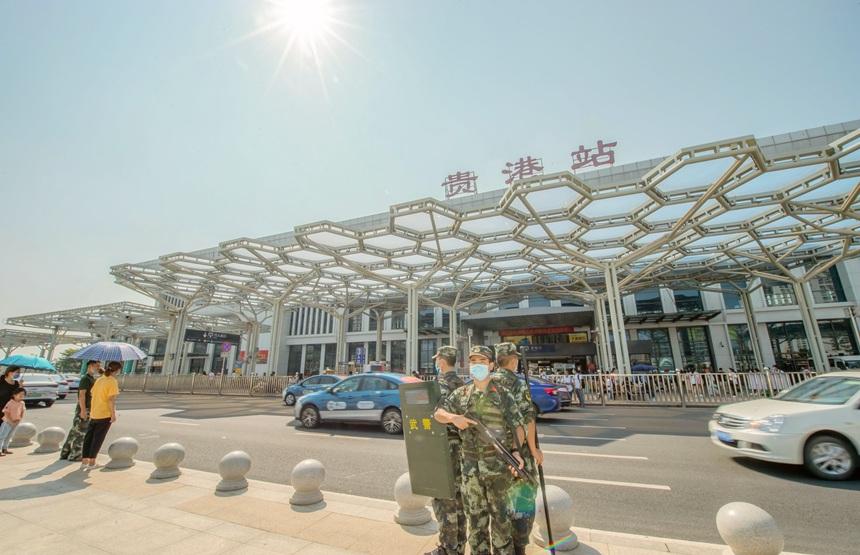 武警官兵在高铁站进行定点警戒。