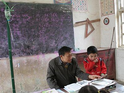 尿毒症代课老师打吊针上课--广西频道