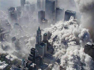 从第一架飞机撞击世贸中心大楼到双子塔垮塌后掀起的