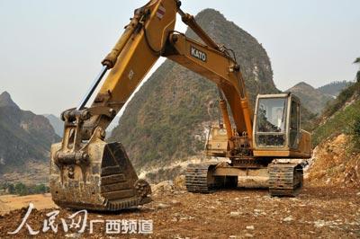3月27日,挖土机正在平整通往弄怀、机告、弄独
