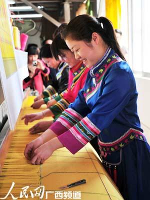 织锦工人开始编织壮锦。