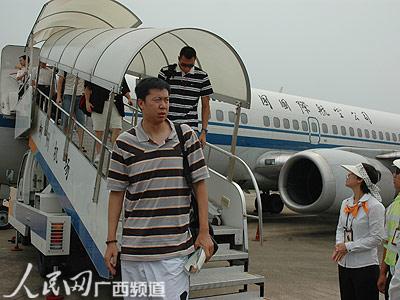 国航波音737-300型飞机缓缓地降落在柳州白莲机场