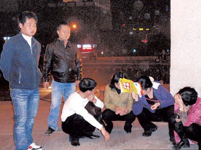 涉嫌传销人员被执法人员现场控制