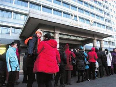 北京儿童医院挂号排队的长龙蜿蜒至院外