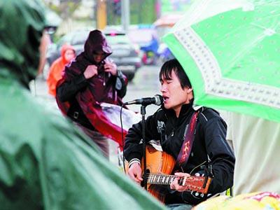 街头歌手所有视频 崔人泪下的街头歌手 残疾歌手阿龙承认假唱图片